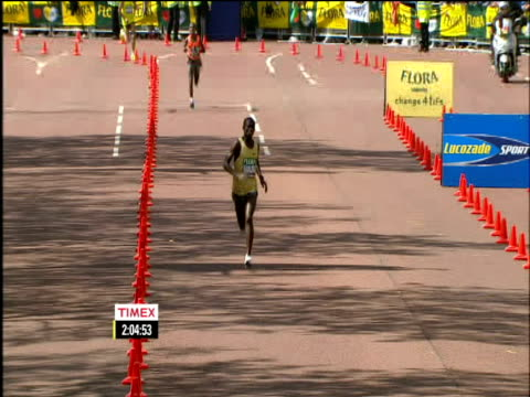vídeos y material grabado en eventos de stock de samuel wanjiru wins mens race, london marathon; 26 april 2009 - línea de meta