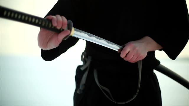 samurai hält ein schwert - schwert stock-videos und b-roll-filmmaterial