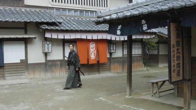 vidéos et rushes de samouraï dans le village historique - style du xviiième siècle