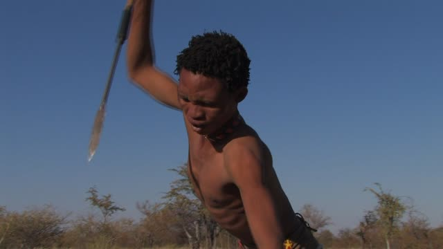 vidéos et rushes de a san bushman jabs, then throws his spear. available in hd. - culture indigène
