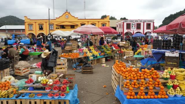 san cristóbal de las casas, the open market in the main square of san juan chamula village. - サントドミンゴ点の映像素材/bロール