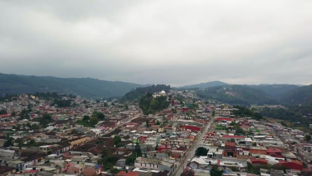 stockvideo's en b-roll-footage met san cristobal de las casa aerial video toward church of guadalupe virgin - city of neighbors: give once for all film title