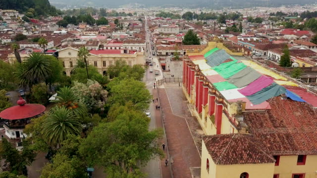 stockvideo's en b-roll-footage met san cristobal de las casa aerial video - city of neighbors: give once for all film title