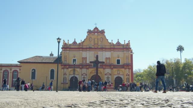 san cristobal de las casas cathedral, chiapas, mexico - colonial stock-videos und b-roll-filmmaterial