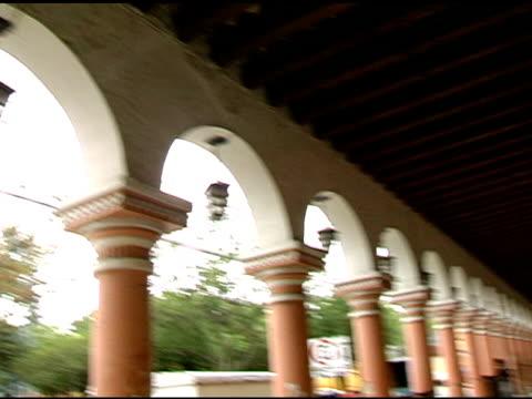 vídeos de stock e filmes b-roll de san cristóbal de las casas chiapas méxico plaza corredor - arco natural