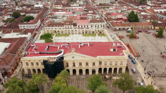 stockvideo's en b-roll-footage met san cristobal de las casas city hall aerial video - city of neighbors: give once for all film title