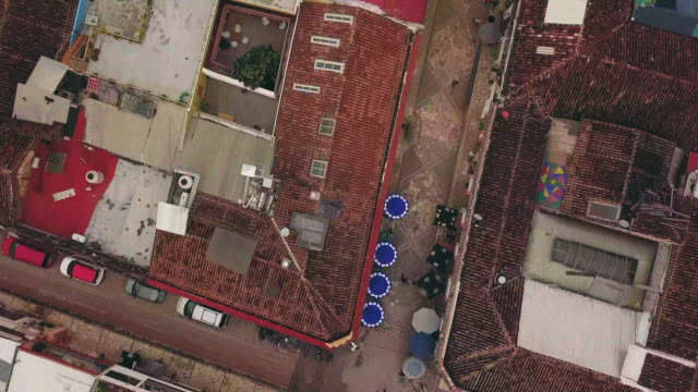 stockvideo's en b-roll-footage met san cristobal de las casas top shot aerial - city of neighbors: give once for all film title