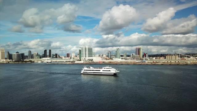 vídeos y material grabado en eventos de stock de san diego, ca, u.s. - aerial view of cruise ship on san diego bay and pacific ocean on monday, january 6, 2020. - crucero vacaciones
