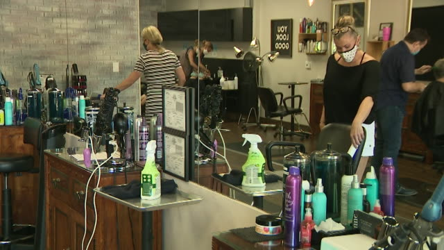 san diego, ca, u.s. - disinfecting hair salon equipment with uv lamps on tuesday, july 14, 2020. - luce ultravioletta video stock e b–roll