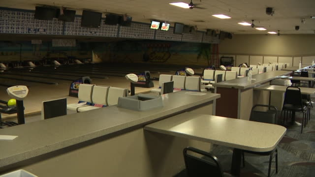 vídeos de stock, filmes e b-roll de san diego, ca, u.s. - empty bowling alley closed for people due to covid-19 restrictions on wednesday, august 19, 2020. - sapato de boliche