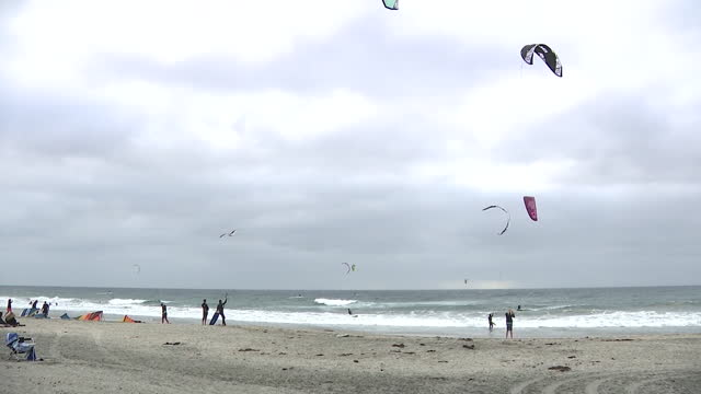 san diego, ca, u.s. - large group of kite surfers' kites seen from beach in cardiff-by-the-sea, on friday, november 6, 2020. - horizon over water stock videos & royalty-free footage