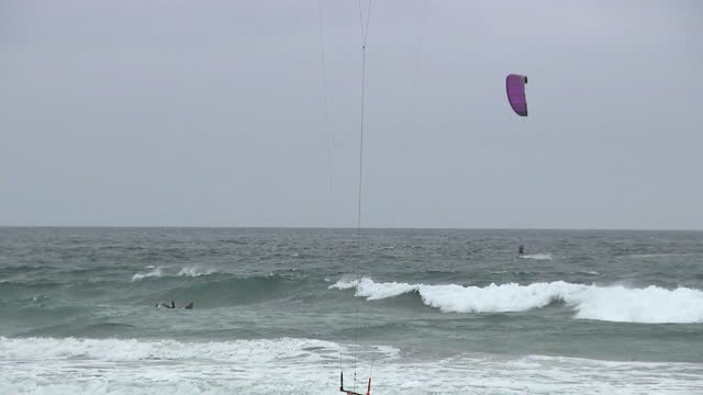 san diego, ca, u.s. - large group of kitesurfers seen from beach in cardiff-by-the-sea, on friday, november 6, 2020. - horizon over water stock videos & royalty-free footage