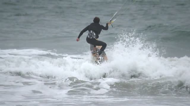 san diego, ca, u.s. - men on beach getting ready to kitesurf in cardiff-by-the-sea, on friday, november 6, 2020. - horizon over water stock videos & royalty-free footage