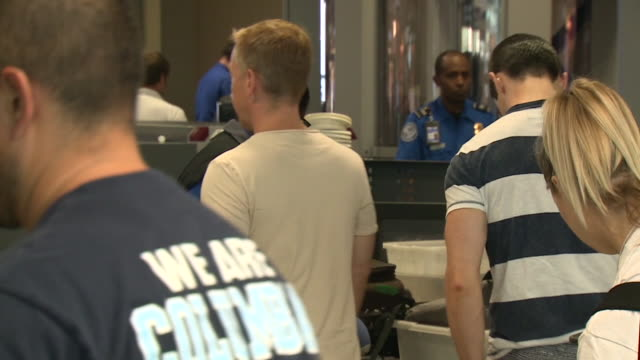 san diego, ca, u.s. - passengers at tsa security checkpoint at san diego airport on monday, august 5, 2019. - セキュリティスキャナ点の映像素材/bロール