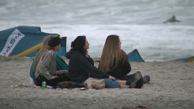 san diego, ca, u.s. - people on beach watching kitesurfers in cardiff-by-the-sea, on friday, november 6, 2020. - horizon over water stock videos & royalty-free footage