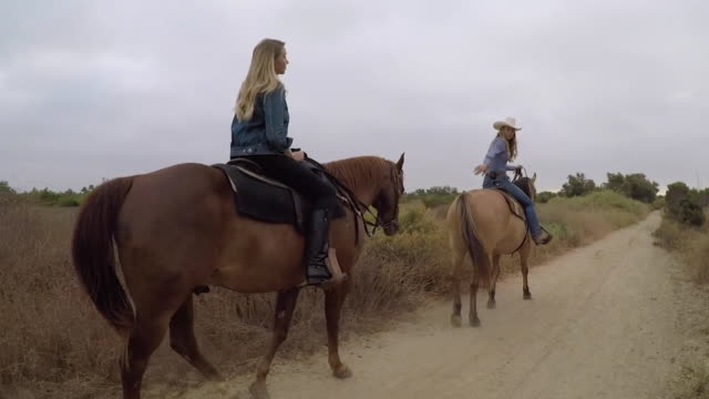 stockvideo's en b-roll-footage met kswb san diego ca us two women horseback riding on wednesday july 22 2020 - cowboyhoed