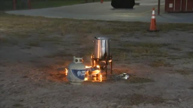 vídeos y material grabado en eventos de stock de san diego fire department demonstrates how not to deep fry a turkey. - freír mediante inmersión total en aceite caliente