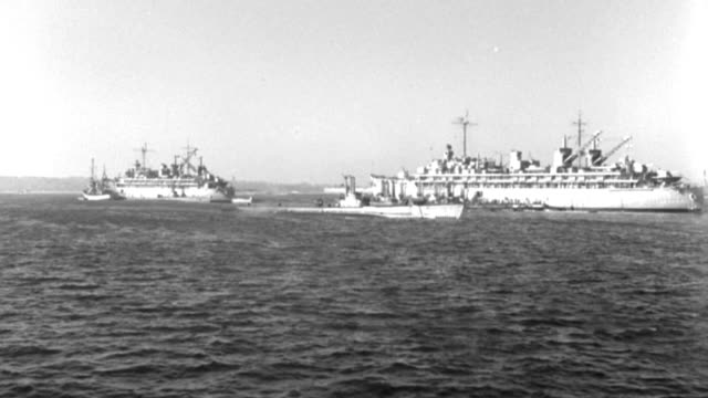 vidéos et rushes de dx - l.s. - san diego harbor - two large battleships on submarine through l to r - slight pan with it as it crosses scene - b&w. - aller tranquillement