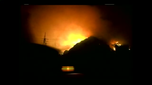 san diego's 427squaremile cedar fire in oct 2003 which destroyed more than 2800 structures and killed 14 remains the largest wildfire in state... - 2003 bildbanksvideor och videomaterial från bakom kulisserna