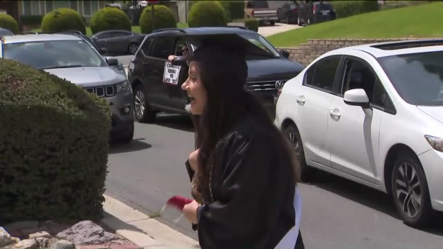 vídeos y material grabado en eventos de stock de ktla san dimas ca u s young woman enjoying surprise graduation celebration during covid19 pandemic on friday april 17 2020 - corona accesorio de cabeza