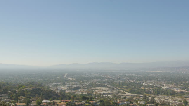 vidéos et rushes de san fernando valley and universal city in los angeles from high angle - hollywood californie