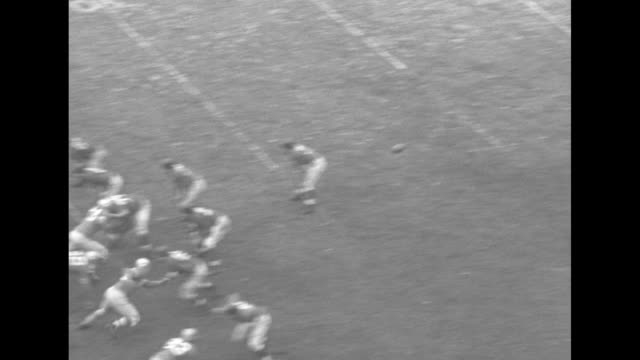 vidéos et rushes de san francisco 49ers hike ball to frankie albert, #13, who throws, ball is intercepted by new york giants, player tackled / giants hike ball to eddie... - nfc