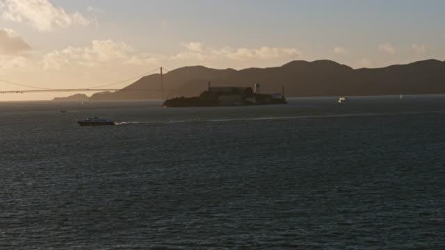 アルカトラズ島、サンフランシスコ上空 - アルカトラズ島点の映像素材/bロール