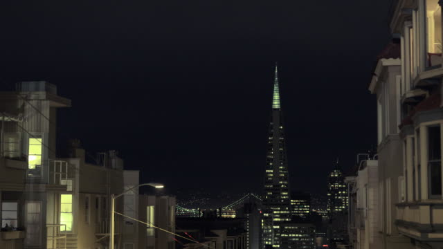 vídeos y material grabado en eventos de stock de san francisco and transamerica building at night (wide) - pirámide transamerica san francisco