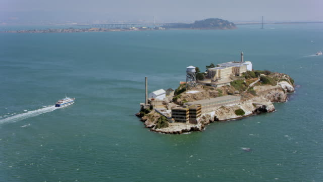 aerial san francisco bay and the alcatraz island - baia di san francisco video stock e b–roll