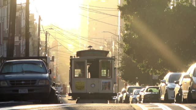 vidéos et rushes de san francisco cable car dans morning light - san francisco california