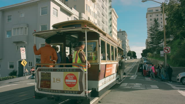 vídeos de stock, filmes e b-roll de san francisco cable car passing lombard street - bonde
