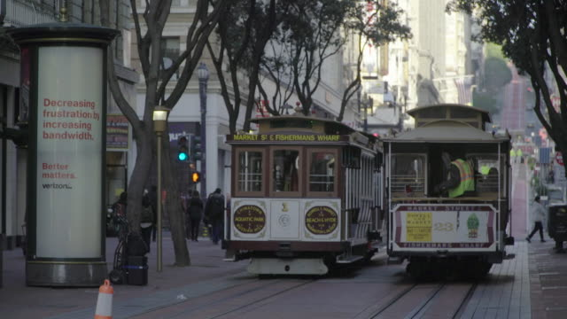 san francisco cable car, trolley in motion - trolleybus stock-videos und b-roll-filmmaterial