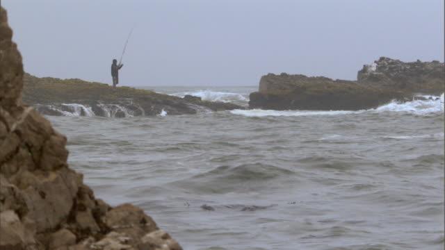 stockvideo's en b-roll-footage met san francisco, cafishing on the ocean - onbekend geslacht