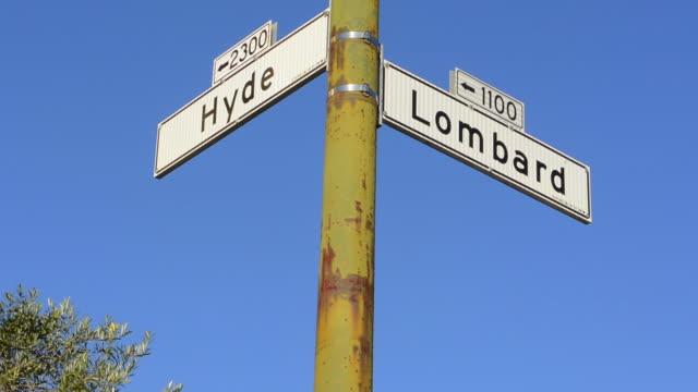 san francisco california road sign of famous hyde street and lombard street - lombard street san francisco bildbanksvideor och videomaterial från bakom kulisserna