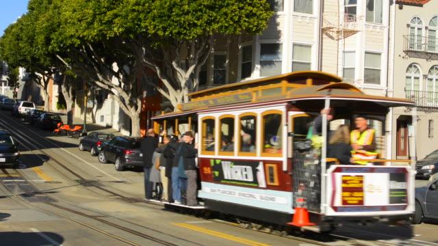 vídeos de stock, filmes e b-roll de san francisco california  russian hill cable car broadway street and traffic - bonde