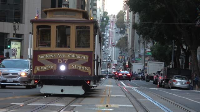 サンフランシスコ・カリフォルニア・ストリート(ケーブルカー付き) - カリフォルニアストリート点の映像素材/bロール