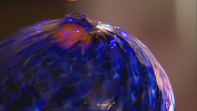 san francisco, californiaadding heated glass to object - glasbläser stock-videos und b-roll-filmmaterial