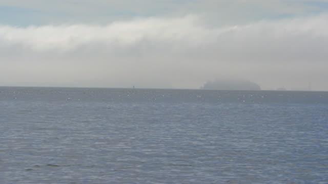 san francisco, californiaisland through the fog - アルカトラズ島点の映像素材/bロール