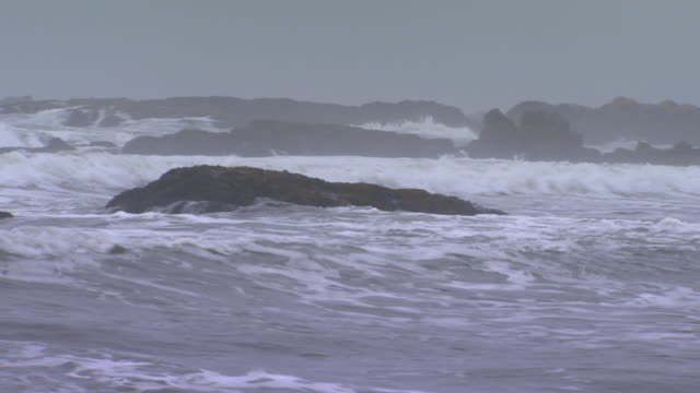 vidéos et rushes de san francisco, californiarocks in ocean - overcast
