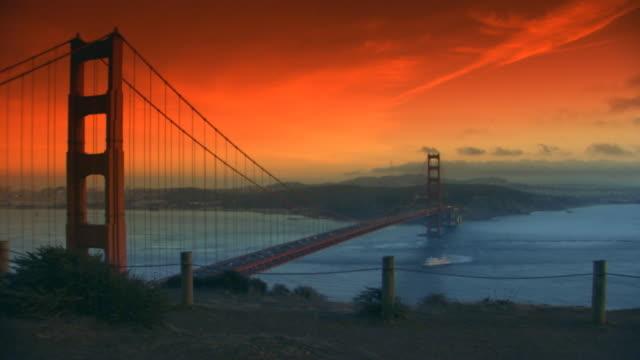 vidéos et rushes de san francisco, californiasun setting over golden gate bridge - océan pacifique nord