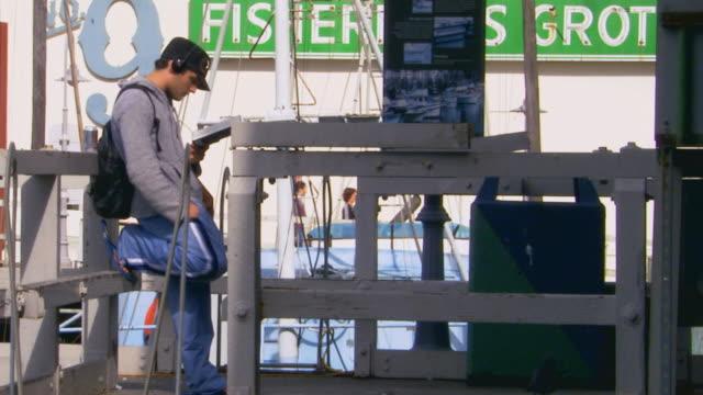 san francisco, californiayoung man reading - berretto da baseball video stock e b–roll