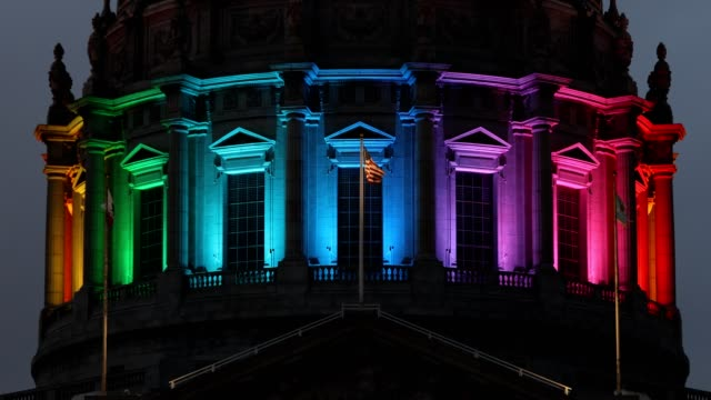 vídeos y material grabado en eventos de stock de san francisco city hall rainbow pride colors - orgullo