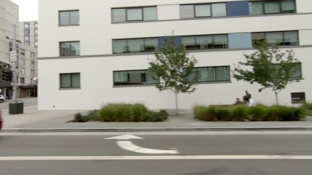 vídeos de stock, filmes e b-roll de cidade de são francisco vi série sincronizada vista esquerda que conduz a placa do processo - placa de processo