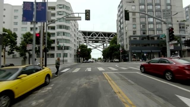 vídeos de stock, filmes e b-roll de cidade de são francisco vi série sincronizada vista traseira que conduz a placa do processo - placa de processo