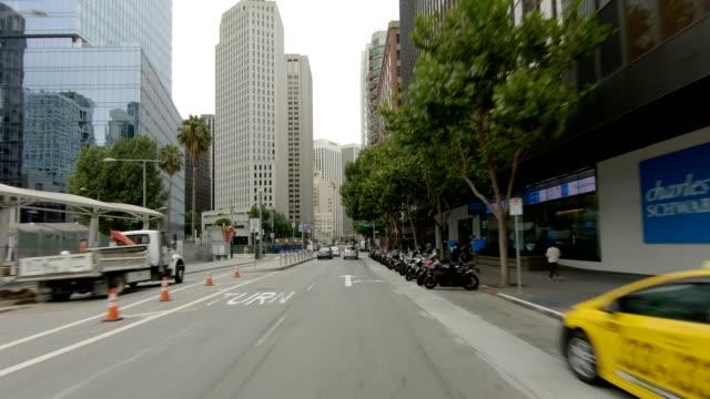 vídeos de stock, filmes e b-roll de cidade de são francisco vii série sincronizada vista dianteira que conduz a placa do processo - placa de processo