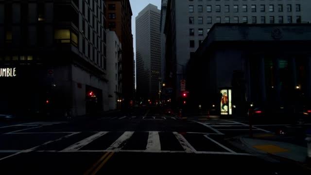 vídeos de stock, filmes e b-roll de cidade de são francisco xiv série sincronizada vista dianteira que conduz a placa do processo - placa de processo