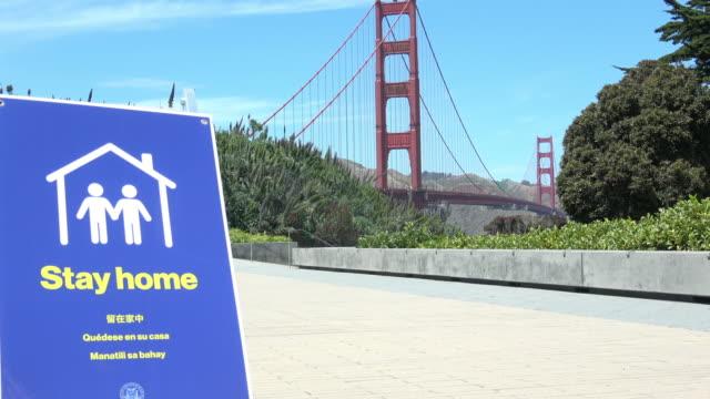 vídeos de stock e filmes b-roll de san francisco covid-19 sign at golden gate bridge - san francisco california