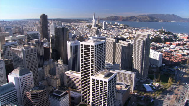 vídeos y material grabado en eventos de stock de low aerial san francisco downtown skyscrapers / california, usa - pirámide transamerica san francisco