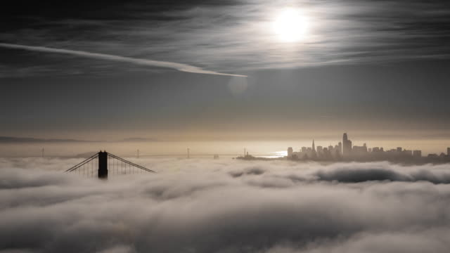 stockvideo's en b-roll-footage met san francisco golden gate bridge lage mist ochtend licht - san francisco california