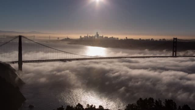 golden gate bridge in san francisco geringer nebel morgenlicht - san francisco stock-videos und b-roll-filmmaterial